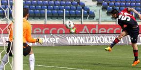 La botta di Pinilla per l'1-0. Ansa