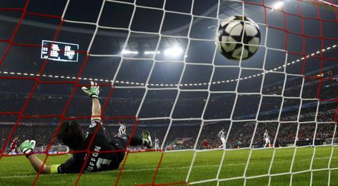 Buffon a terra e la palla in rete: è l'1-0 Bayern.