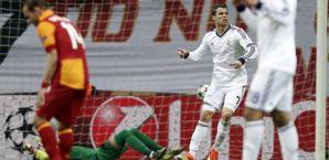 Ronaldo esulta, Sneijder a testa bassa, Muslera a terra. Il Real vola in semifinale ma il Gala esce con orgoglio. Epa