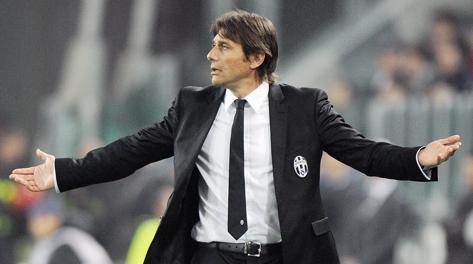 Antonio Conte allarga le braccia. Ansa