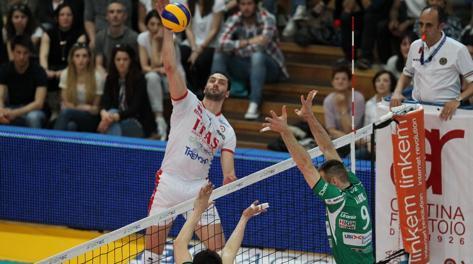 Matey Kaziyski supera il muro di Grbic. Trabalza