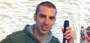 Marco Melandri con una bottiglia griffata.