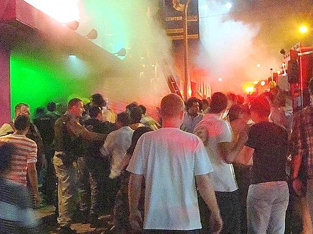 È di almeno 232 morti il bilancio delle vittime del rogo scoppiato la notte scorsa in una discoteca di Santa Maria, cittadina nel sud del Brasile. Lo hanno confermato i vigili del fuoco, precisando che si tratta di 120 uomini e 112 donne. I soccorritori hanno inoltre reso noto che sono stati finora contati oltre 130 feriti. Ap