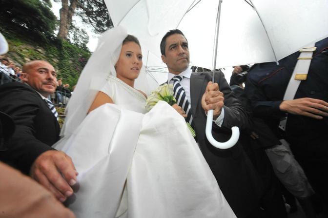 Dopo circa 40 minuti arriva anche la sposa, la pallanuotista Carolina Marcialis. Ansa