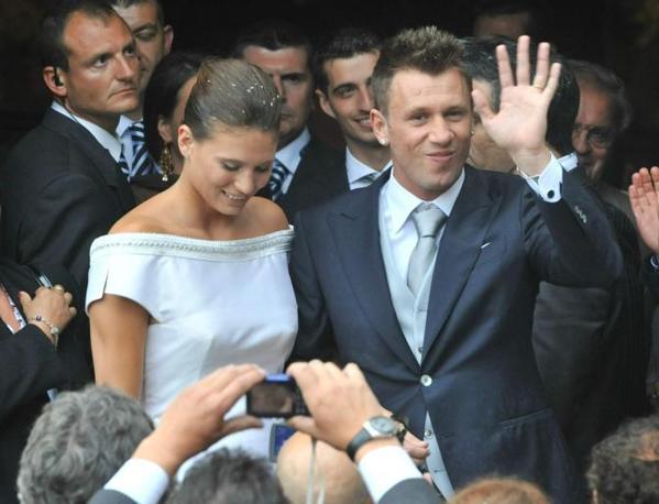 Gli sposi all'uscita dalla chiesa. Ansa