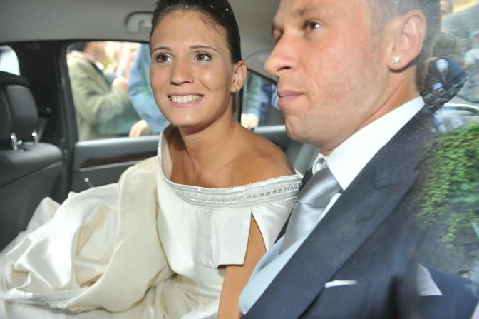 Gli sposi, raggianti, si allontanano in macchina. Ansa