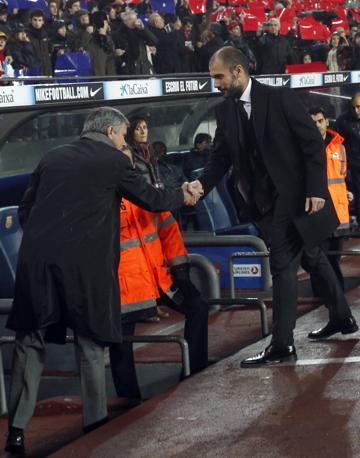 I due rivali in panchina, Pep Guardiola e José Mourinho, si stringono la mano prima della gara. Reuters