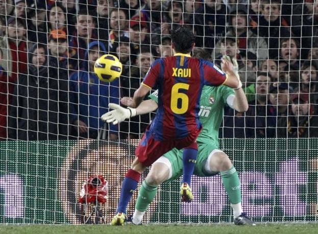 Inizio da incubo per il Real: Xavi colpisce, ispirato da Iniesta, dopo appena 10'. Reuters