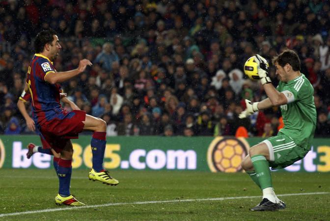 Il gol del centrocampista del Barça visto di lato. Reuters