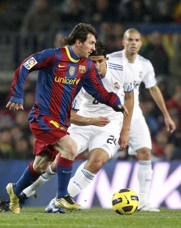 Leo Messi incontenibile per la difesa del Real. Reuters