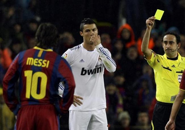 """Spuntano i cartellini gialli nel finale del primo tempo: tra i """"cattivi"""" anche Messi e Ronaldo. Reuters"""