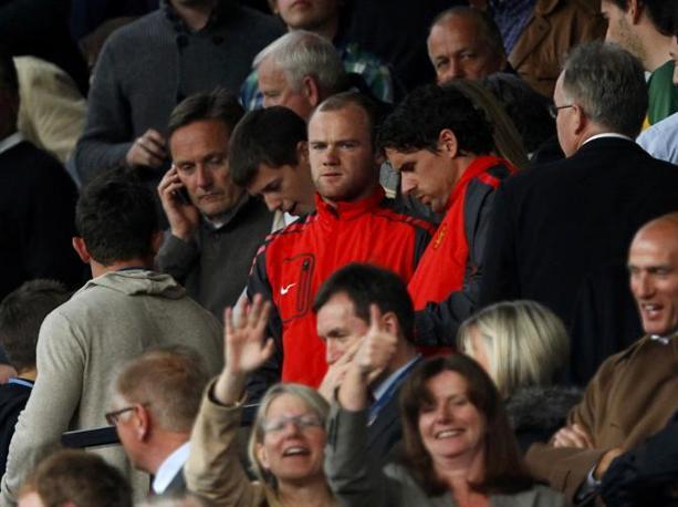 Wayne Rooney osserva dalla tribuna. Reuters