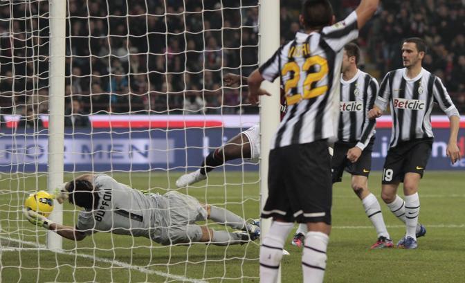 Vidal alza il braccio ma Buffon para oltre la linea. IPP