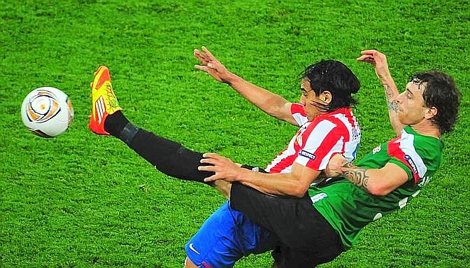 Passo a due tra Radamel Falcao e Javi Martinez. Afp