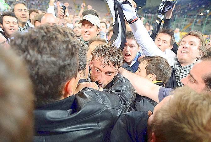 I tifosi bianconeri invadono il campo e abbracciano i giocatori: qui Marchisio. LaPresse