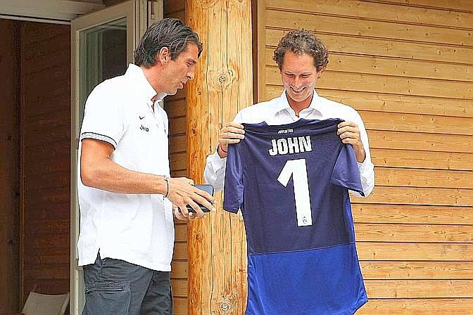L?omaggio di Gigi Buffon a John Elkann. LaPresse