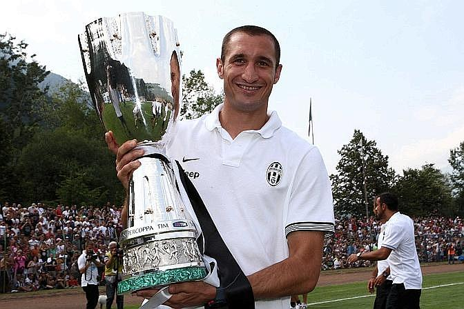 Giorgio Chiellini solleva orgoglioso la Supercoppa italiana. LaPresse