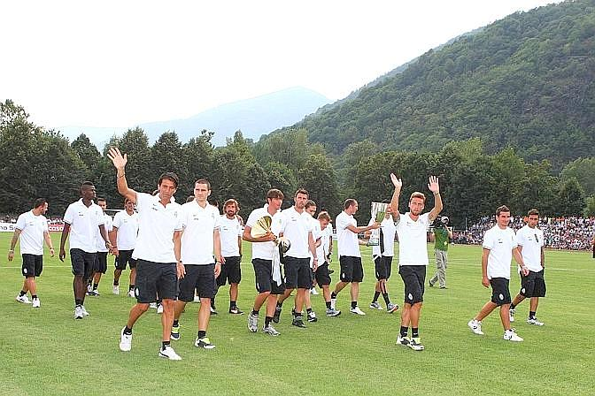 I bianconeri fanno il giro del campo con lo scudetto e la Supercoppa italiana. LaPresse