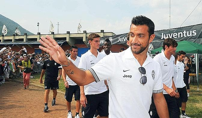 Fabio Quagliarella saluta i tifosi. Ansa