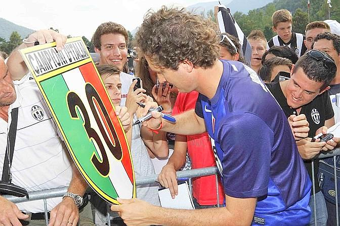 John Elkann e l?autografo sullo scudetto n.30. LaPresse
