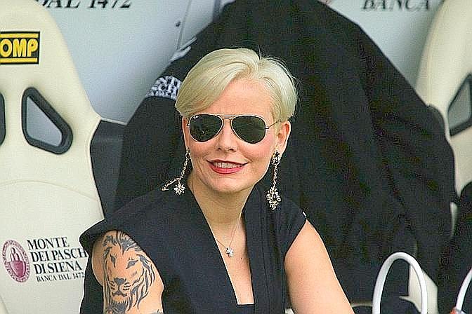 Tatuaggio in bella vista, un filo di trucco e occhiali a nascondere occhi da big match. Ecco Valentina Mezzaroma, vicepresidente del Siena, prima del fischio d'inizio alla Montepaschi Arena contro la Juve. LaPresse