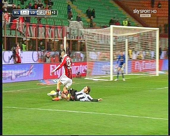 Il contrasto El Shaarawy-Heurtaux che ha causato il rigore del 2-1 a favore del Milan. Ecco la sequenza nelle immagini Sky: qui si vede che il difensore tocca il pallone. Ansa