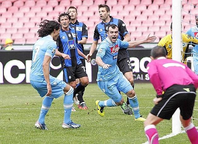 Dopo il 2-2 dell'Atalanta però serve il gol di Goran Pandev per festeggiare e mantenere la seconda posizione dietro la Juve. Ansa