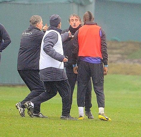 La fotosequenza del violento alterco tra Balotelli e Mancini in allenamento. La situazione degenera e interviene lo staff del Manchester City. Foto Olycom
