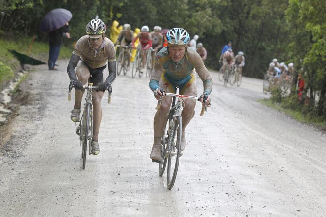 Cadel Evans, campione del Mondo, prova a reggere il passo del kazako. Bettini