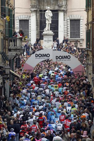 Gruppo in marcia da Carrara verso Montalcino (Si) per la 7ª tappa del Giro. Bettini