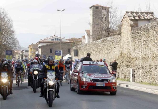 L'auto dei giudici di gara apre il corteo dei corridori all'uscita da Terranuova Bracciolini