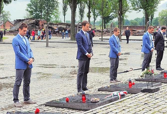 Ieri ad Auschwitz anche la delegazione tedesca: da sinistra Miroslav Klose, Oliver Bierhoff, Philipp Lahm e Lukas Podolski. Ap