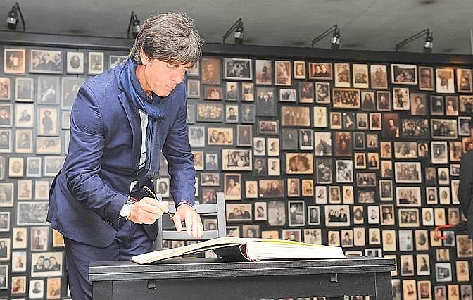 Il c.t. Joachim Loew firma il guests book. Afp