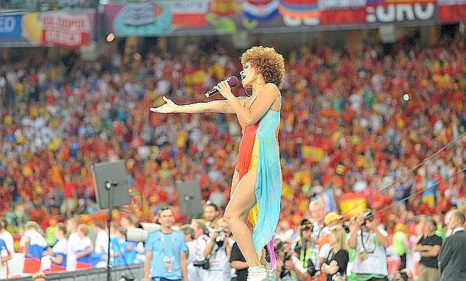Prima del fischio d'inizio si esibisce la cantante tedesca Oceana. Afp