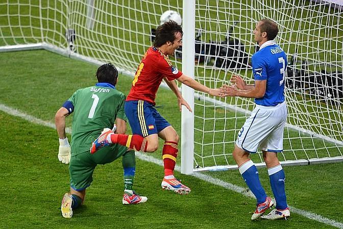 Grande inizio spagnolo: Roja avanti col colpo di testa di Silva su assist di Fabregas. Afp