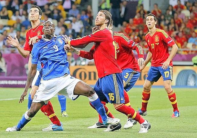 Sergio Ramos contro Balotelli. LaPresse
