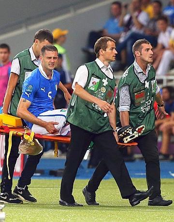 Motta è costretto a uscire in barella: Italia in dieci e sotto di due gol. Ansa