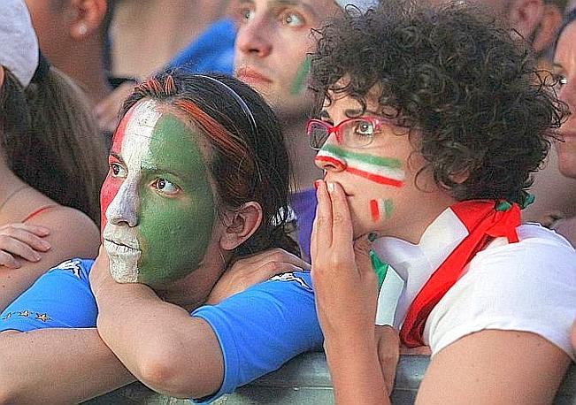 Sui volti dei tifosi italiani c'è tanta delusione. Reuters