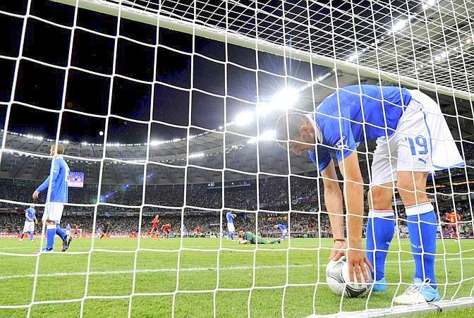 Bonucci raccoglie il pallone in fondo alla rete. Afp