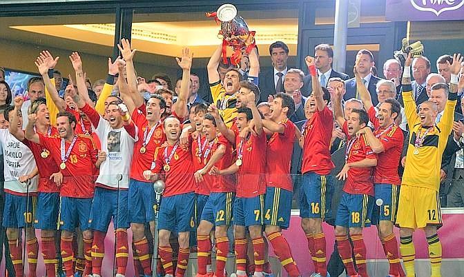 La Spagna solleva il trofeo dell'Europeo per la seconda edizione consecutiva: nessuna nazionale ci era mai riuscita prima. Afp