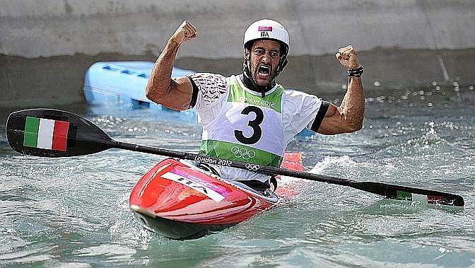 """Daniele Molmenti, oro, canoa slalom. La Gazzetta titola: """"Magic Molmenti. Campione nel giorno del suo 28° compleanno: """"Festeggerò bevendo tanto prosecco"""". Ansa"""