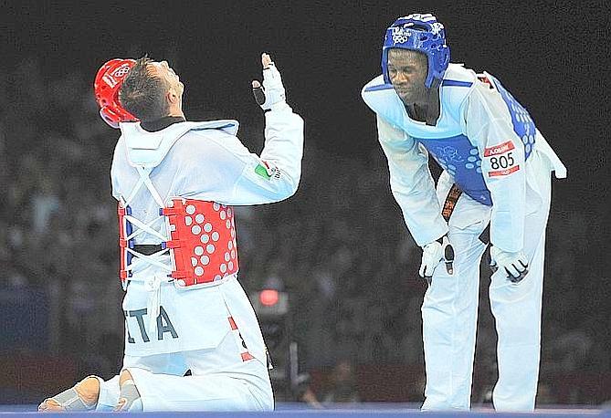 """Carlo Molfetta, oro, taekwondo, + 80 kg. La Gazzetta titola: """"Taekwondoro!A Carlo Molfetta la medaglia più bella: e 8"""". Ansa"""