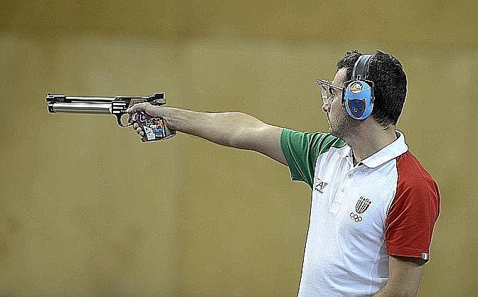 """Luca Tesconi, argento, tiro a segno. La Gazzetta titola: """"Argento Tesconi, la pistola che non t'aspetti"""". Archivio"""