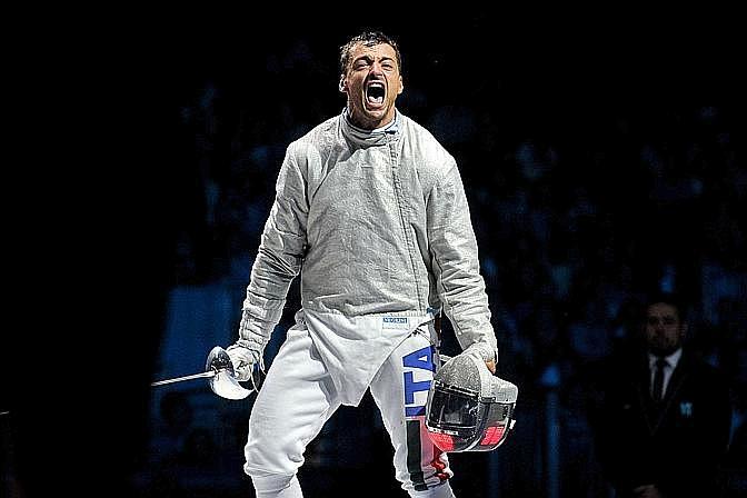"""Diego Occhiuzzi, argento, sciabola. La Gazzetta titola: """"E' un'Italia forza 7. Dopo le 5 medaglie di sabato sono arrivati l'argento di Occhiuzzi nella sciabola e della """"cattiva ragazza""""Forciniti nel judo"""". LaPresse"""