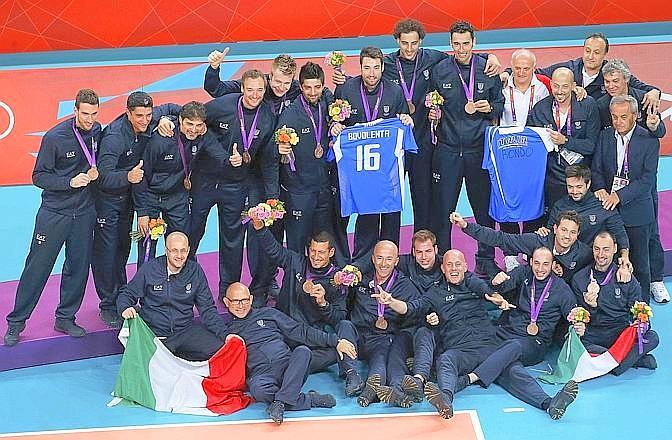 """Pallavolo maschile, bronzo. La Gazzetta titola: """"Un bronzo per Bovolenta. L'Italia affonda la Bulgaria e poi commuove ricordando Vigor"""". Reuters"""