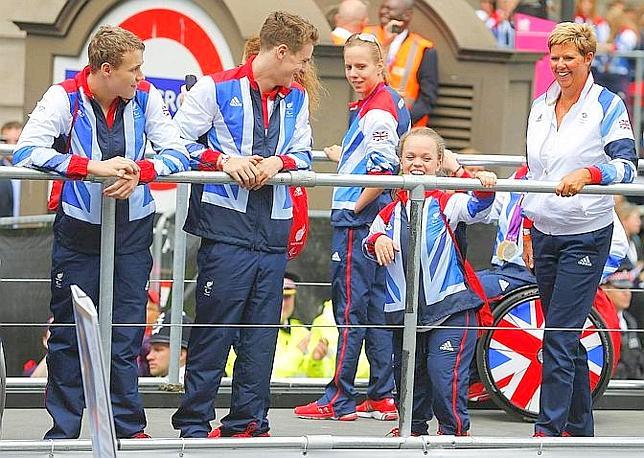 Atletici olimpici e paralimpici insieme su oltre 21 veicoli a cielo aperto. Reuters