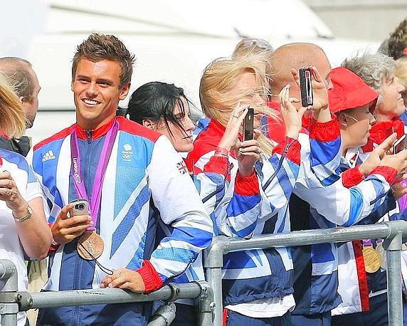 Il tuffatore Tom Daley, con la sua medaglia di bronzo, tra i protagonisti della parata. Reuters