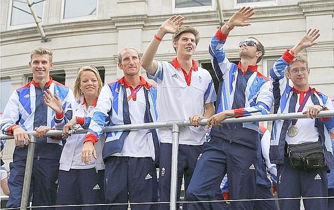 Gli atleti salutano la folla. Ap