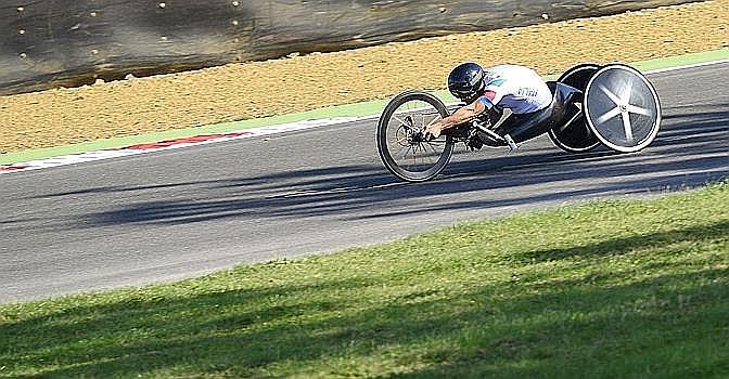 Eccolo in gara nella cronometro di handbike. Ansa