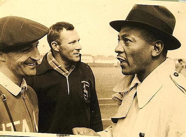 Edoardo Mangiarotti stringe la mano a Jesse Owens. Newpress